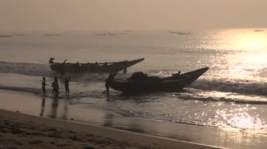 Fishermens and boats silhouette  in Bengal bay, Tamilnadu,India — Stock Video