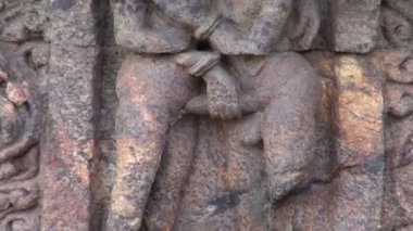 Beautiful ancient erotic  art sculptures on Konark sun temple wall, Odisha, India — Stock Video
