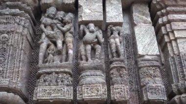 Beautiful ancient erotic sacred art sculptures on Konark sun temple, Odisha, India — Stock Video