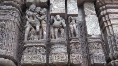 Beautiful ancient erotic sacred art sculptures on Konark sun temple, Odisha, India — Stock Video