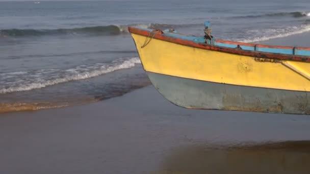Barco de madera en la costa del mar Arábigo, karnataka, india — Vídeo de stock