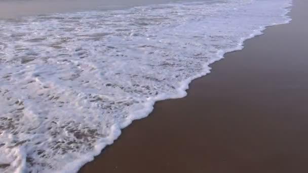 Vagues de la mer tropical sur la plage de la belle station balnéaire — Vidéo