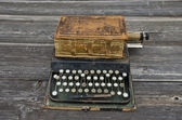 Antique typewriter with  old used book Bible — 图库照片