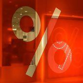 パーセント記号、店の窓に赤の背景 — ストック写真