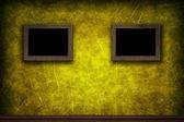 Anciens cadres en bois sur le mur jaune grunge rétro — Photo