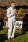 Chorzow, polsko, říjen 21: včelař ukazuje voštinové rám d — Stock fotografie