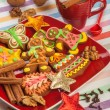 Gingerbread on a red plate, Christmas cookies — Stockfoto
