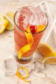 Greyfurt, limon ve buz ile kırmızı içecek yenileniyor — Stok fotoğraf