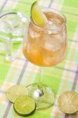 Dricka med lime — Stockfoto