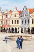 Телч, Чешская Республика - 10 мая 2013: туристов ходит вокруг главной Марджет в Телч, Юнеско город — Стоковое фото