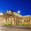 Vienna, Austria - August 29, 2013. The Vienna State Opera Building  Build in Neo-Renaissance style  Evening photo with city traffic — Stock Photo
