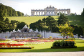 Vienna, Austria - August 31, 2013. Schonbrunn Palace garden. Gloriette-build on the sixty metre high hill. This is very good place to see a view of the city. UNESCO. — Foto de Stock