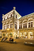 Vienna, Austria - August 29, 2013: The Vienna State Opera Building. Build in 1869 in Neo-Renaissance style. Evening photo with city traffic. — Stock Photo