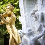 The gilded bronze Statue of Johann Strauss in stadtpark in Vienna, Austria — Stock Photo #37879211