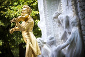 The gilded bronze Statue of Johann Strauss in stadtpark in Vienna, Austria — Stok fotoğraf