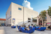 Viena, austria - 30 de agosto de 2013: museo mumok kunst moderna - museo de arte moderno, museo en el museumquartier en viena. museo cuenta con la colección de 7000 obras de arte moderno y contemporáneo — Foto de Stock
