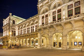 Vienna, Austria - August 29, 2013: The Vienna State Opera Building Build in 1869 in Neo-Renaissance style  Evening photo with city traffic — Stock Photo