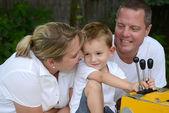 Parents et enfants sur une aire de jeux — Photo