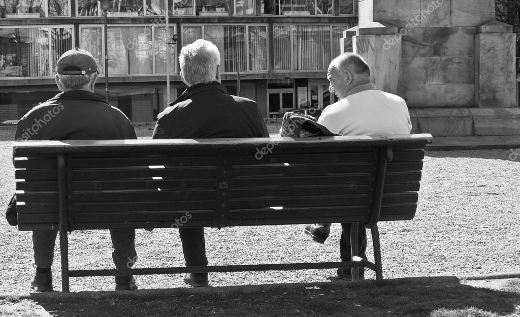 Tres Personas Sentadas En El Banco