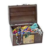 Piccola cassa in legno con gioielli isolato su sfondo bianco — Foto Stock