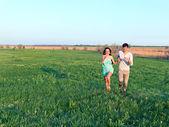 Niño y niña divertirse al aire libre — Foto de Stock