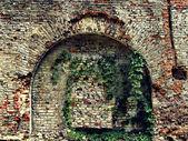 レンガと古い家の石の壁の崩壊 — ストック写真
