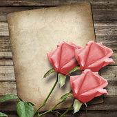 古いヴィンテージのカードとピンクのバラの花束 — ストック写真