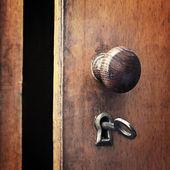 Starý železný klíč v zámku — Stock fotografie