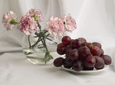 Beautiful pinks and juicy grapes — Stock fotografie