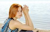 Портрет красивой рыжеволосой молодой женщины — Стоковое фото