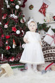 Little girl stands urozhdestvenskoy tree — Foto Stock