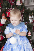 Little girl decorates a New Year tree — ストック写真