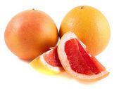 Два кусочка желтого и розового грейпфрута, изолированные на белом фоне — Стоковое фото