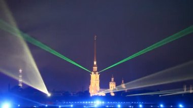 """St. Petersburg, June 20: Celebration """"Scarlet Sails"""" in St. Petersburg. Laser show with Peter and Paul Cathedral — Stock Video"""