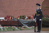 Russia. Moscow. Honor guard at the Tomb of the Unknown Soldier in Alexander Garden. — Stock Photo