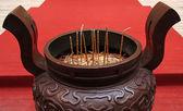 Großes räuchergefäß auf roten teppich in einem tempel in china — Stockfoto
