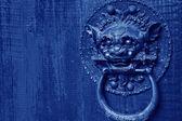 Kovové zvíře hlava na výplně dveří ve městě phoenix, čína — Stock fotografie