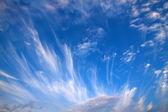 Mavi gökyüzü ve beyaz bulutlar — Stok fotoğraf