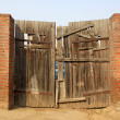 Dilapidated wooden peasant gates — 图库照片