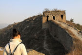 Tourists on the original ecology of the great wall pass — Stock Photo