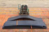 вилочный погрузчик грузовик транспортировки стальных пластины — Стоковое фото