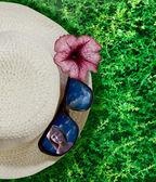 Closeup hat, flower and sunglasses — Stock Photo