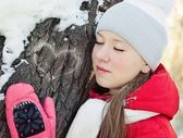 A girl in winter at tree with closed eyes — Stock Photo