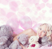 Oyuncak ayılar ile çıplak kadın — Stok fotoğraf