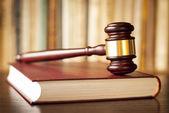 Mazo de jueces en un libro de leyes — Foto de Stock