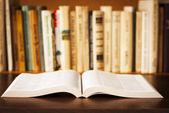 Abra el libro en la mesa — Foto de Stock
