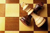 Crossed chess pieces on a chessboard — 图库照片