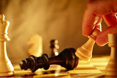 Man making a move in a game of chess — Stock Photo