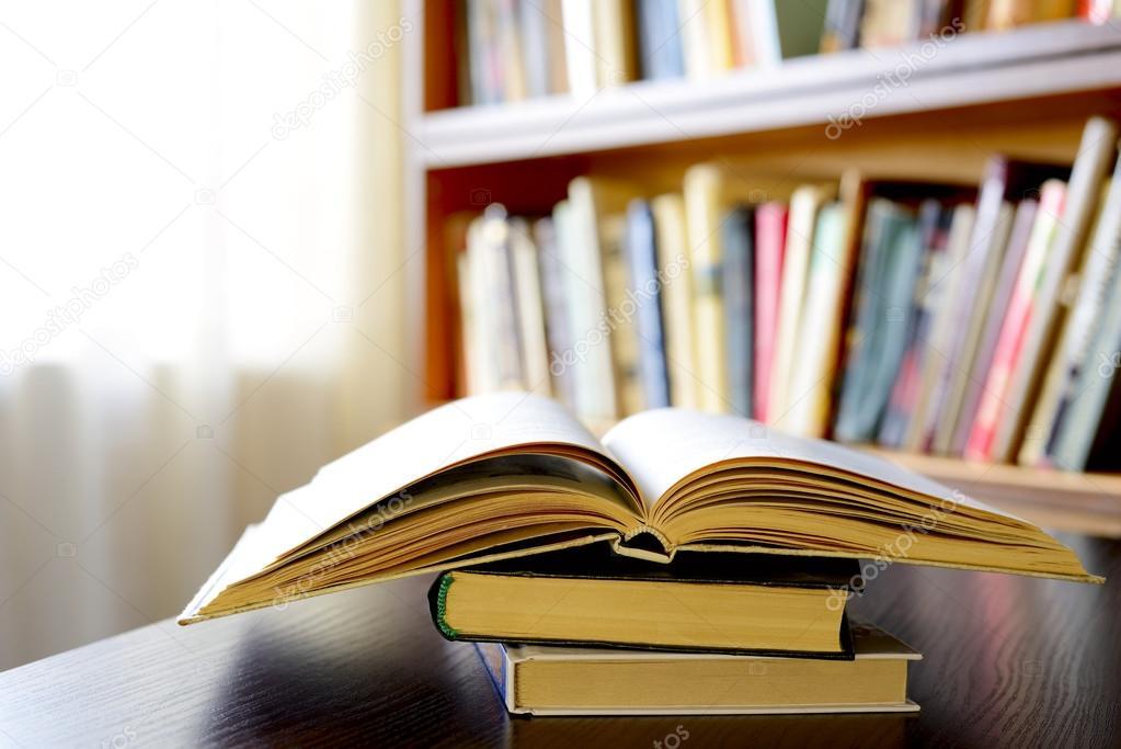 un livre ouvert avec des tag res en arri re plan photographie serggn 35645415. Black Bedroom Furniture Sets. Home Design Ideas