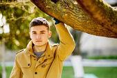 Jonge gelukkig man buitenshuis — Stockfoto